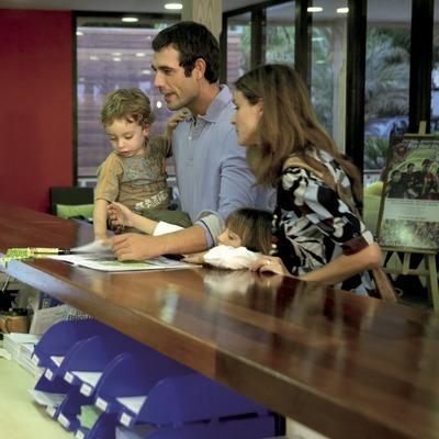 Família a la recepció del càmping Sangulí Resort