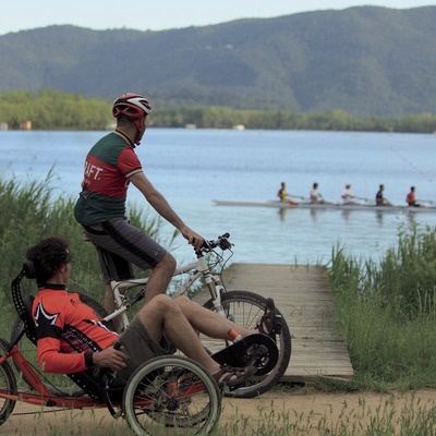 Passeig amb bicicleta al voltant de l'estany de Banyoles