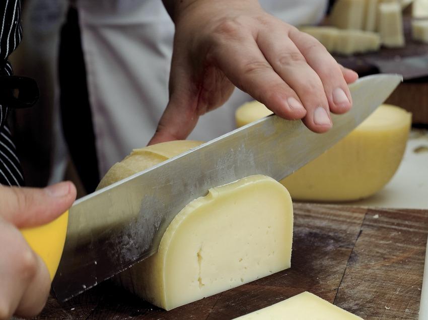 Homes tallant formatge
