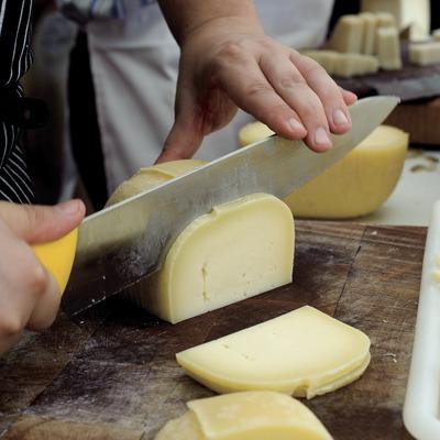 Hommes coupant du fromage