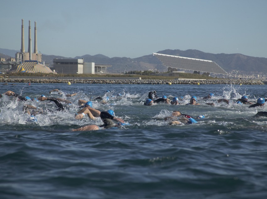 Schwimmen am Strand El Fòrum während des Triathlon-Wettbewerbs von Barcelona