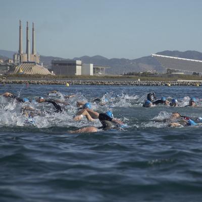 Natación en la playa del Fòrum durante la triatlón de Barcelona (Cablepress)