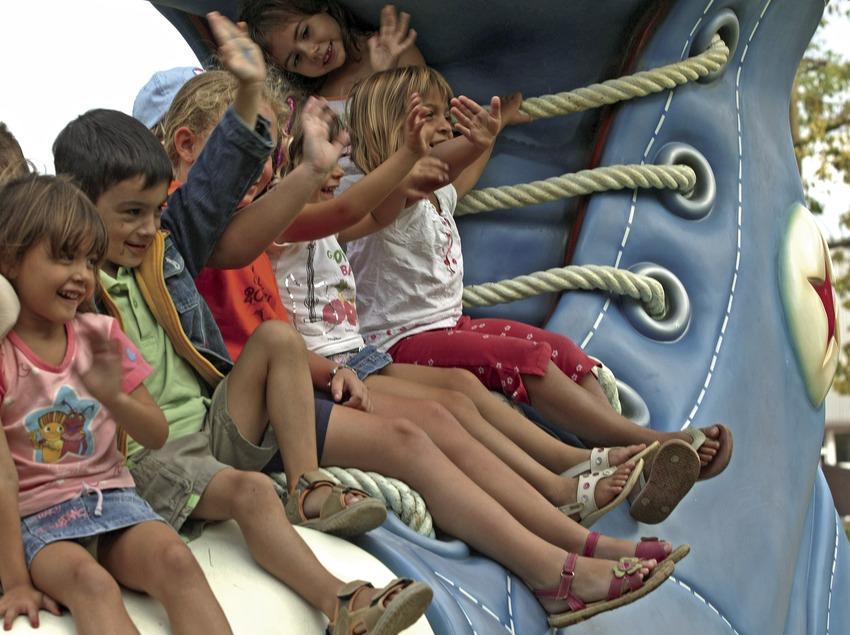 Niños sobre un zapato en el parque infantil Francesc Macià (Cablepress)