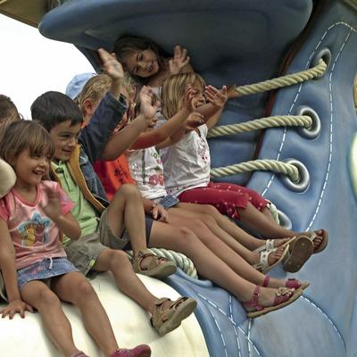 Niños sobre un zapato en el parque infantil Francesc Macià