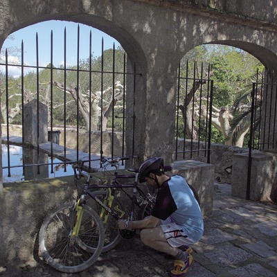 Checking the bicycles on one of the circuits at the Mont-Roig del Camp MTB Centre (Cablepress)