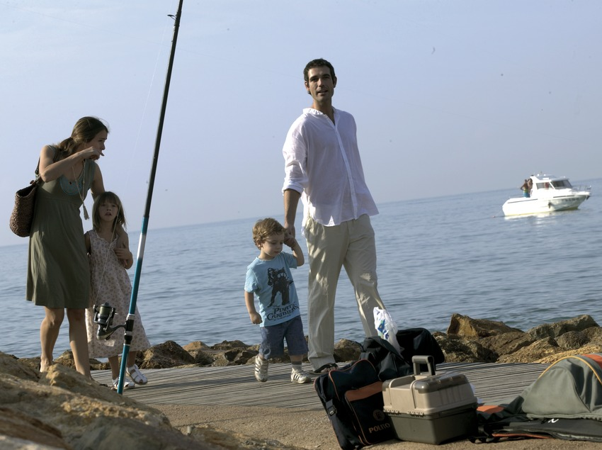 Family taking a stroll by the sea (Cablepress)