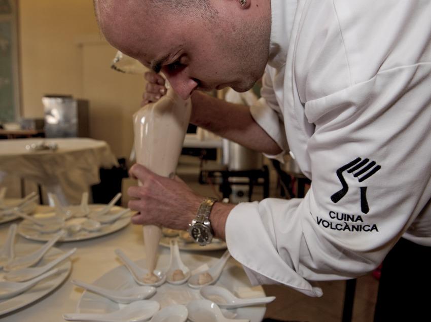 Cocinero del colectivo Cuina Volcànica elaborando varios platos (Marc Castellet)