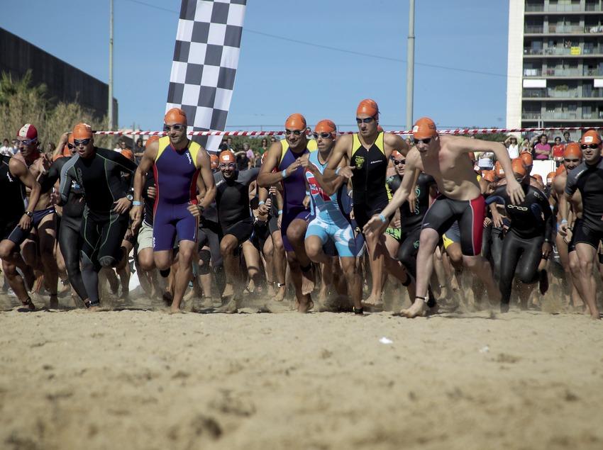 Salida de la carrera en la playa del Fòrum durante la triatlón de Barcelona (Cablepress)
