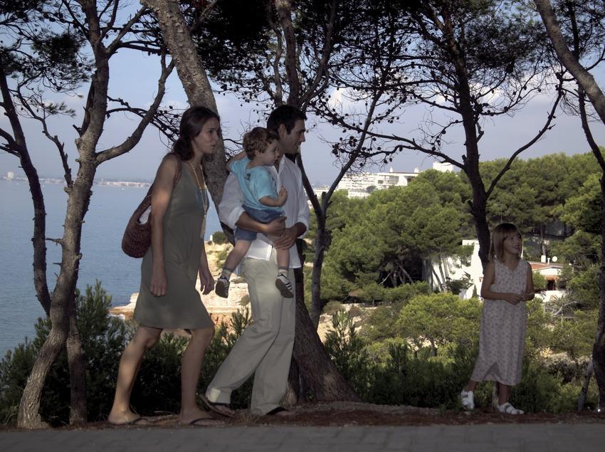 Familia paseando (Cablepress)