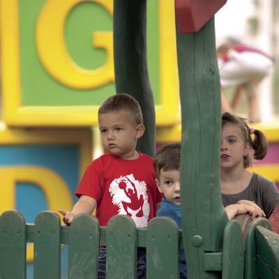 Nens darrera d'una barrera de protecció al parc infantil Francesc Macià (Cablepress)