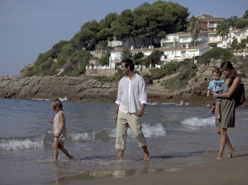 Famille en promenade sur la plage