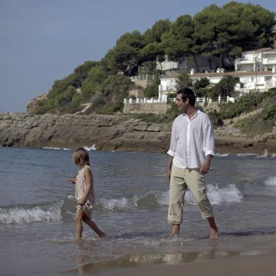 Familia paseando por la playa (Cablepress)