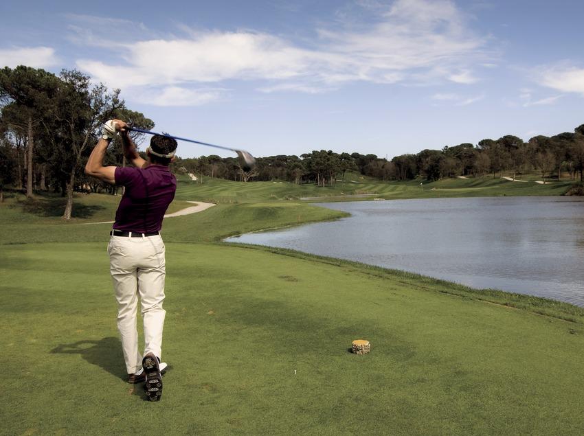 PGA Golf Catalunya. Un practicant de golf al camp (Gemma Miralda)