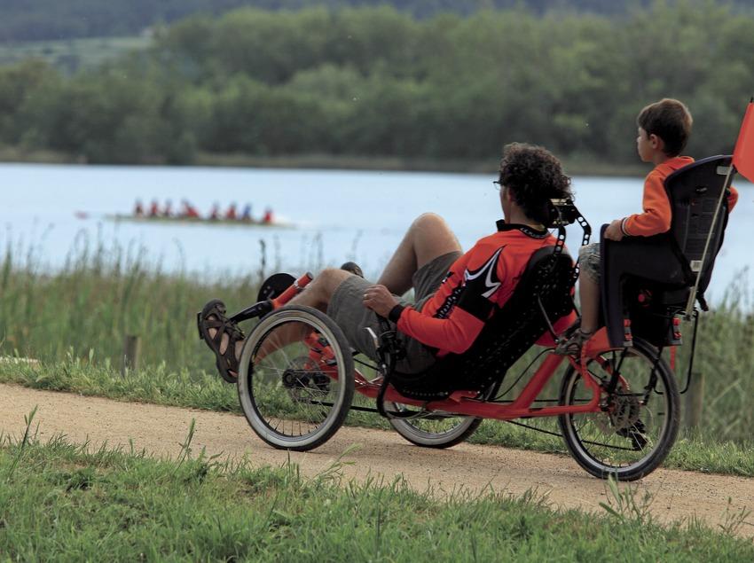 Passeig amb bicicleta al voltant de l'estany de Banyoles (Cablepress)