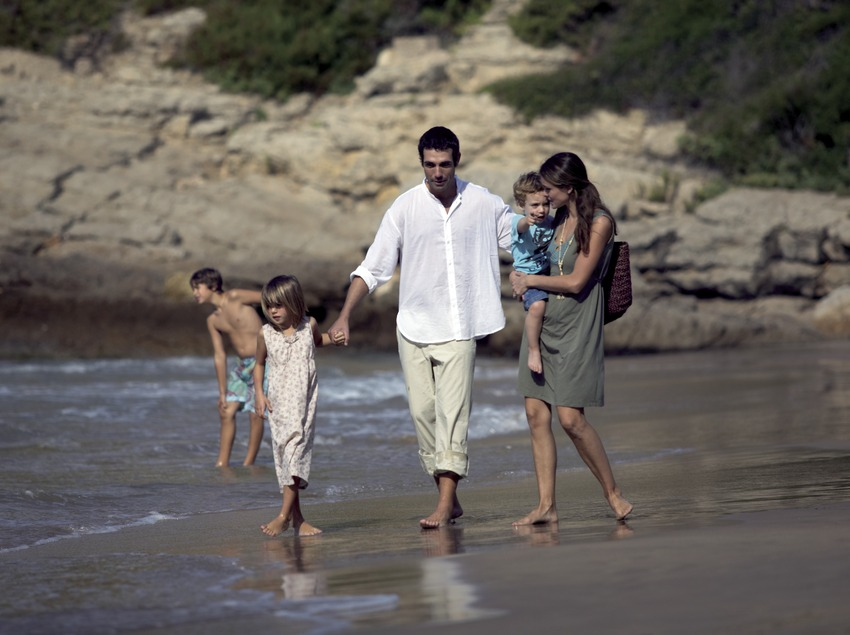Famille en promenade sur la plage (Cablepress)
