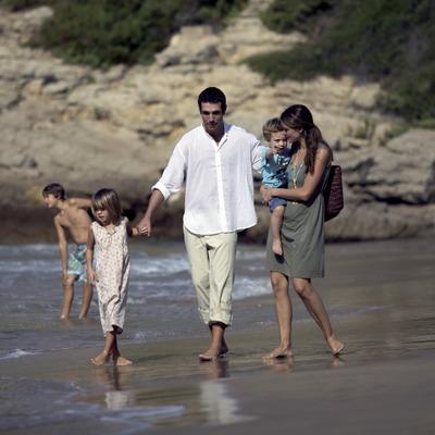 Família passejant per la platja (Cablepress)