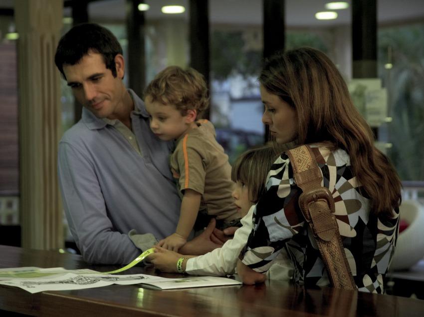 Família a la recepció del càmping Sangulí Resort (Cablepress)