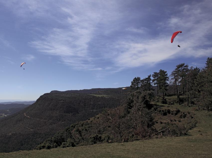 Parapentes sobrevolando la montaña de Queralt (Cablepress)