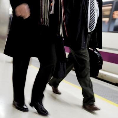 Usuaris de l'AVE a l'estació de Sants (Gemma Miralda)