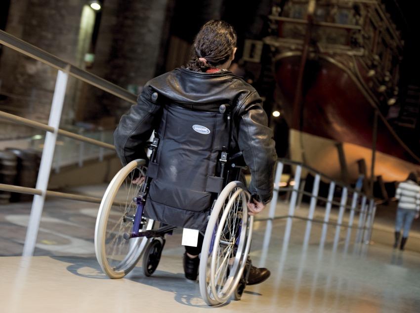 Museu Marítim de Barcelona. Una persona amb cadira de rodes utilitza una de les rampes que té el museu (Gemma Miralda)
