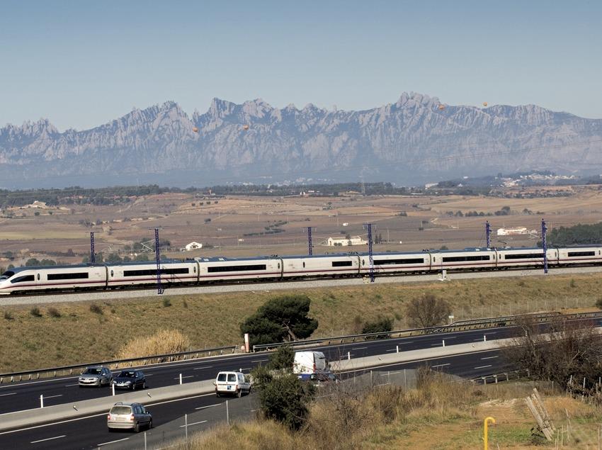 Le train à grande vitesse (AVE) au passage de l'Anoia, avec Montserrat en arrière-plan (Gemma Miralda)