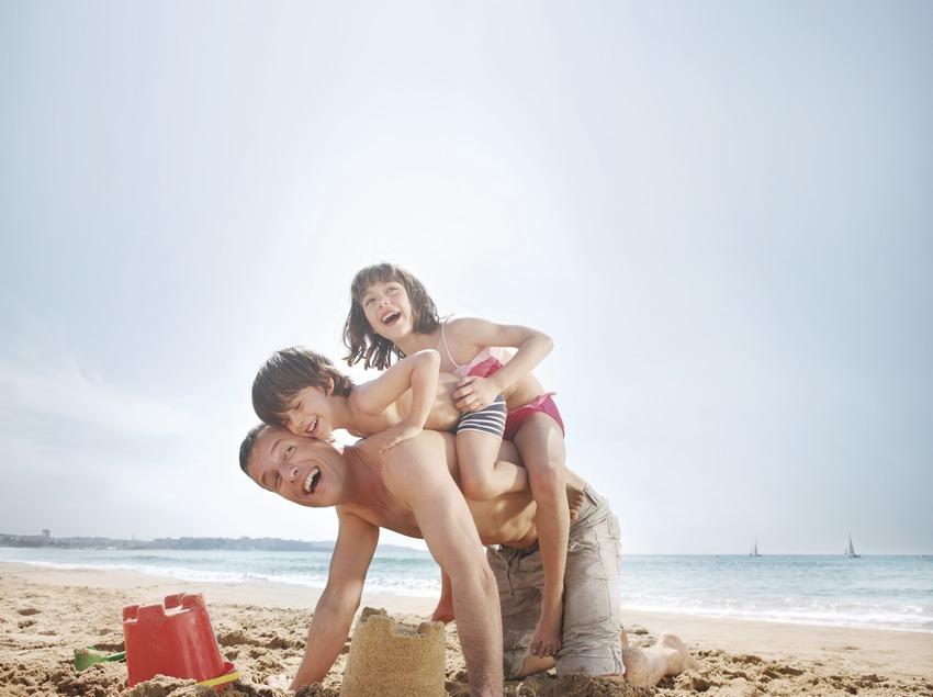 Família a la platja   (Agència Catalana de Turisme)