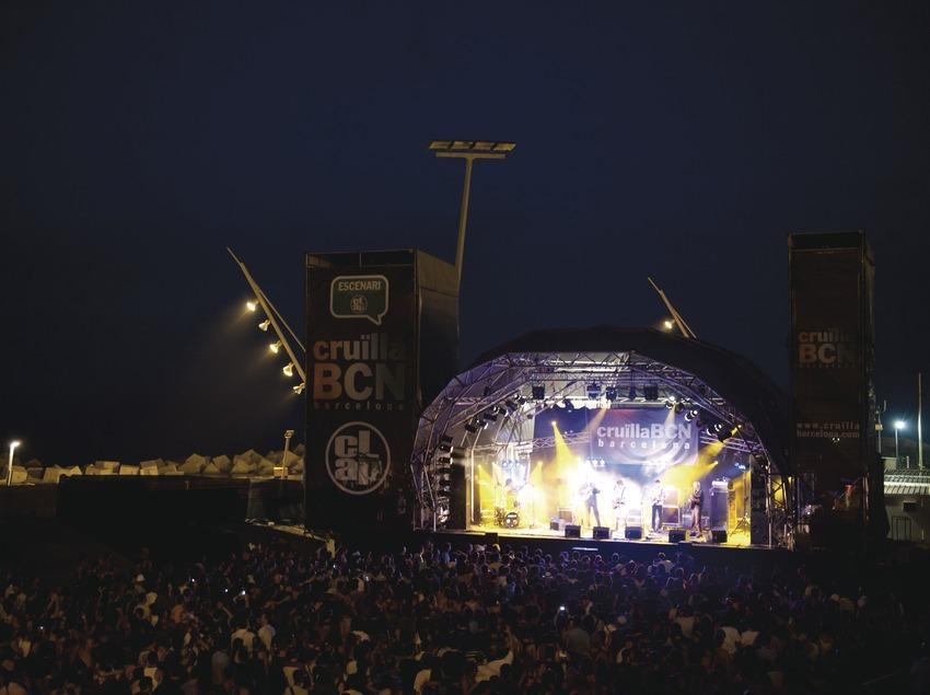 Festival Cruïlla BCN. Fòrum, escenario Clap, público, logo festival, músicos, mar (Marc Castellet Puig)