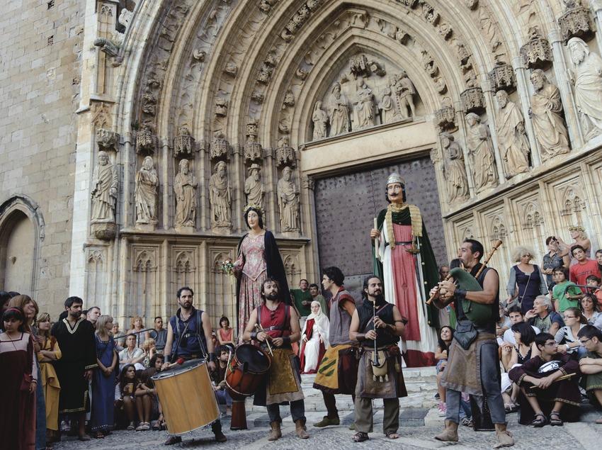 Festival Terra de Trobadors. Músics al carrer, basílica de Santa Maria, gegants, públic d'època