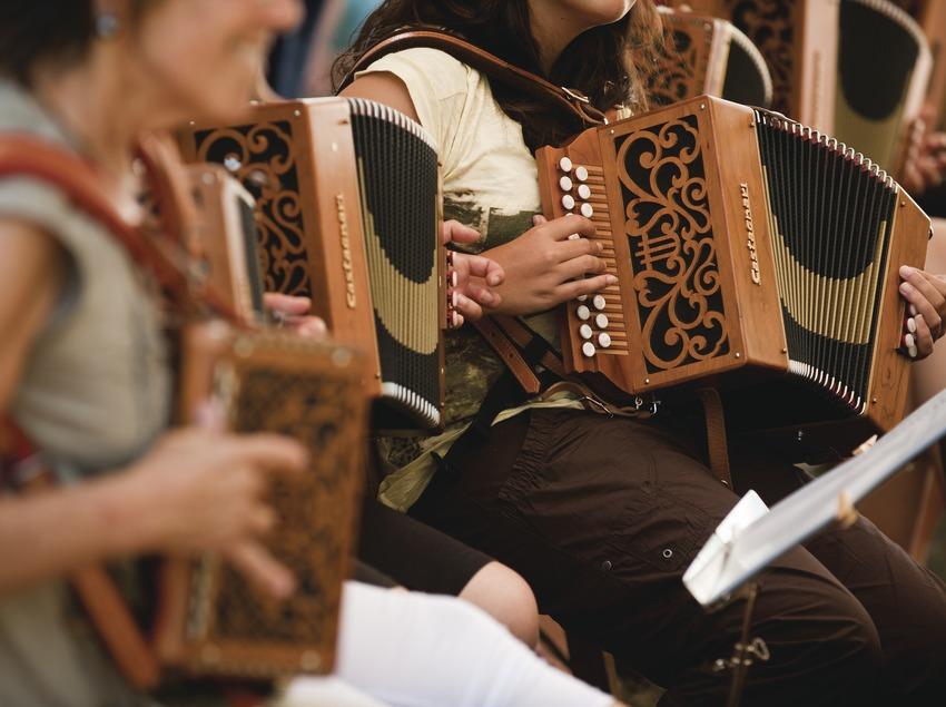 «Trobada d'Acordionistes del Pirineu» (rencontre d'accordéonistes des Pyrénées). Accordéons, tambourin, Grup de Dones Acordionistes del Pirineu (CAT) (Marc Castellet Puig)