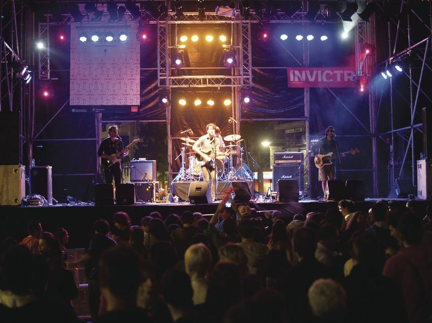 Mercat de la Música viva de Vic. Escenario, público, músicos (Mujeres, CAT), logo festival, rambla paseo (Marc Castellet Puig)