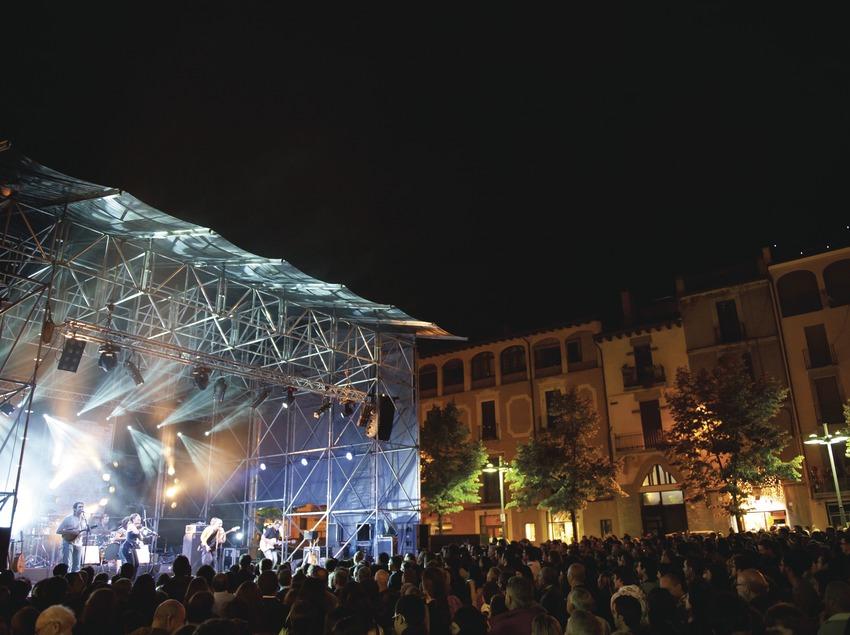 Ярмарка живой музыки в Вике. Сцена, музыканты (La Carrau, Каталония), публика, площадь Пласа-дельс-Мартирс (Marc Castellet Puig)