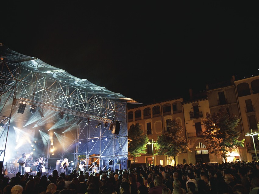 Mercat de la Música viva de Vic. Escenario, músicos (La Carrau, CAT), público, plaça dels Màrtirs (Marc Castellet Puig)