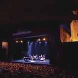 Фестиваль «Сады Кап-Роч». Публика, сцена (Джордж Бенсон, США), замок, логотип фестиваля (Marc Castellet Puig)