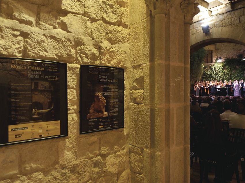 Festival de musique classique château Santa Florentina. Canet de mar, château Santa Florentina, public, cour d'armes, scène, artiste (chorale Harmonia de Calella, pianiste Ricardo Estrada, soliste Albert Deprius, soliste Carmen Solís), affiche Festival Anti