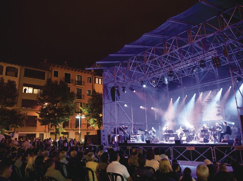Mercat de la Música viva de Vic. Escenario, logo festival, músicos (Al-Buruz, Túnez-Aragón), público, plaça dels màrtirs (Marc Castellet Puig)