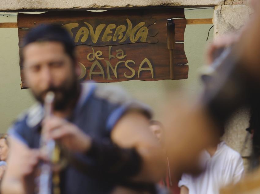 Festival Terra de Trobadors. Castelló d'Empúries, músicos callejeros (Berros de la Cort, CAT), taverna (Marc Castellet Puig)