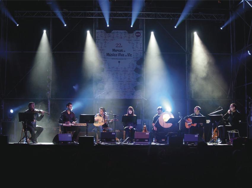 Mercat de la Música viva de Vic. Escenario, logo festival, músicos (Al-Buruz, Túnez-Aragón) (Marc Castellet Puig)