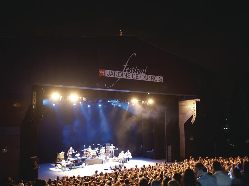 Festival Jardins de Cap Roig. Público, escenario (George Benson, EUA), logo festival (Marc Castellet Puig)