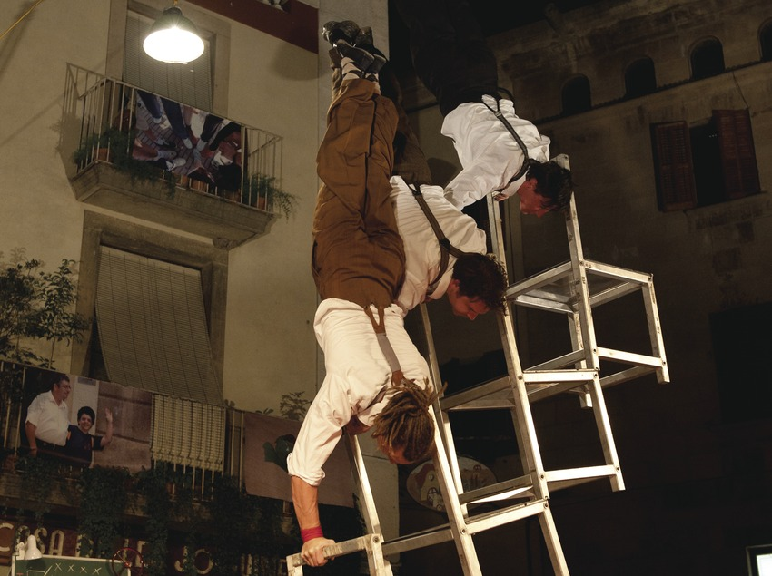 Firatàrrega. Teatro en la calle, plaza mayor, CIA, This Side Up, circo, equilibristas (Marc Castellet Puig)
