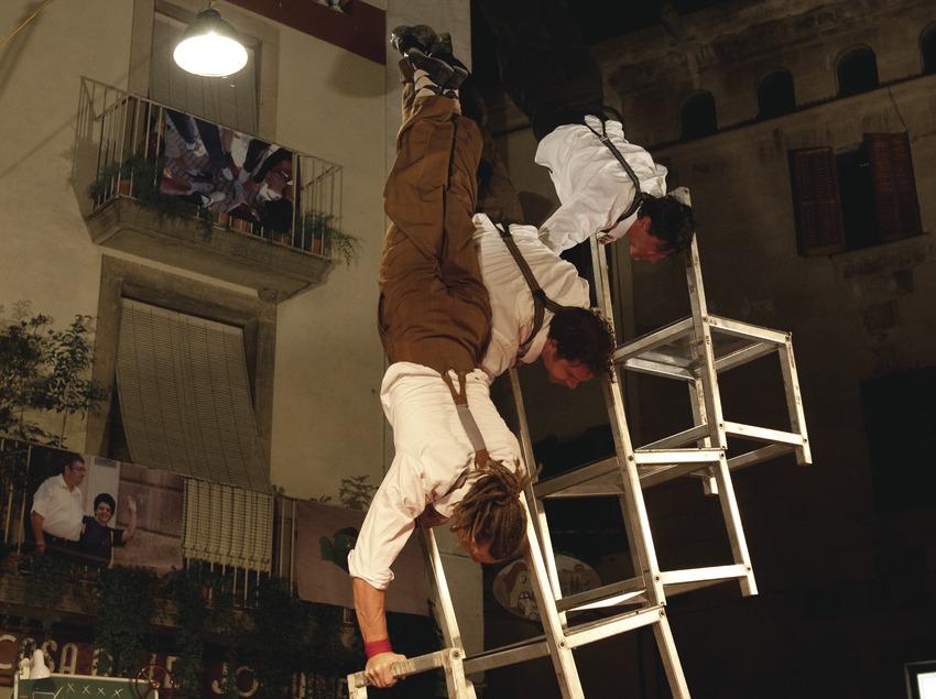 Firatàrrega. Teatro en la calle, plaza mayor, CIA, This Side Up, circo, equilibristas (Marc Castellet Puig)