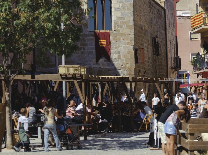 Festival Terra de Trobadors. Castelló d'Empúries, ambiente, calle, mercado medieval