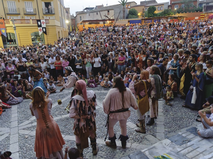 Festival Terra de Trobadors. Castelló d'Empúries, festival Terra de Trobadors, Castelló d'Empúries, músicos, calle, público