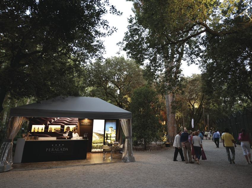 Festival Castell de Peralada. Jardines, logos, público, stand Vinos Peralada