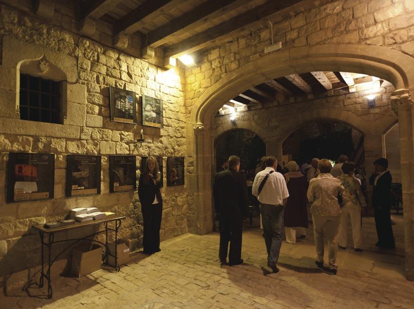 Festival de musique classique château Santa Florentina. Canet de mar, château Santa Florentina, public, hall d'entrée, public, hôtesses (Marc Castellet Puig)