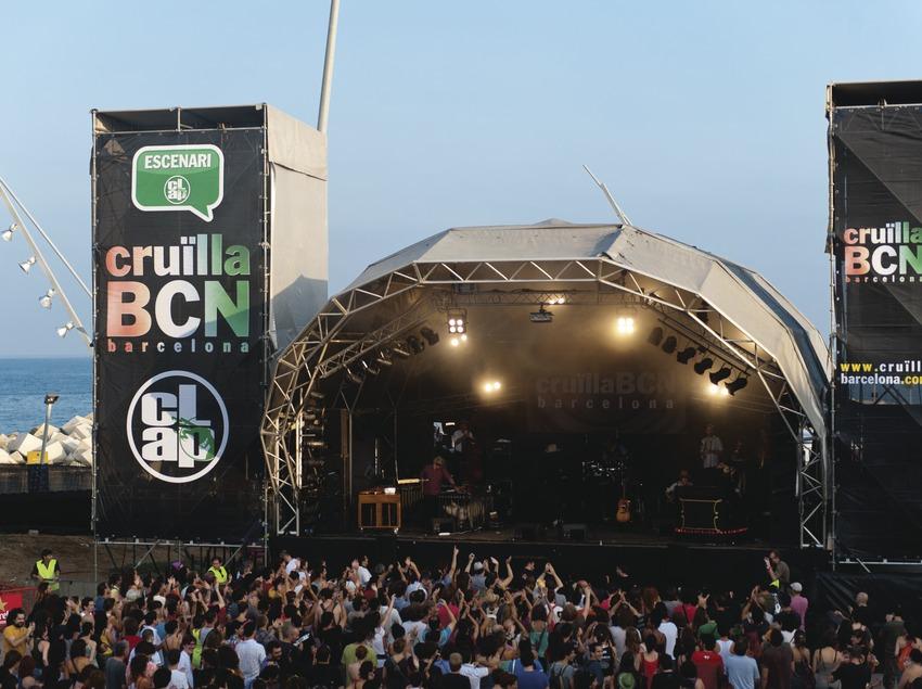 Festival Cruïlla BCN. Fòrum, escenario Clap, público, logo festival músicos (Vinicio Capossela, Italia), mar (Marc Castellet Puig)