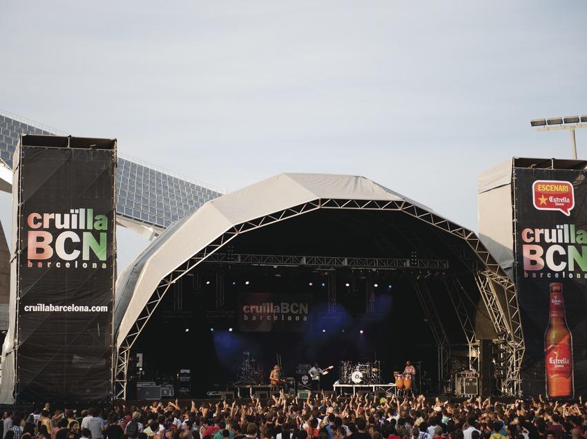 Festival Cruïlla BCN. Fòrum, escenario Estrella Damm, público, logo festival, musicos (Xavier Rudd, Australia), placa fotovoltaica (Marc Castellet Puig)