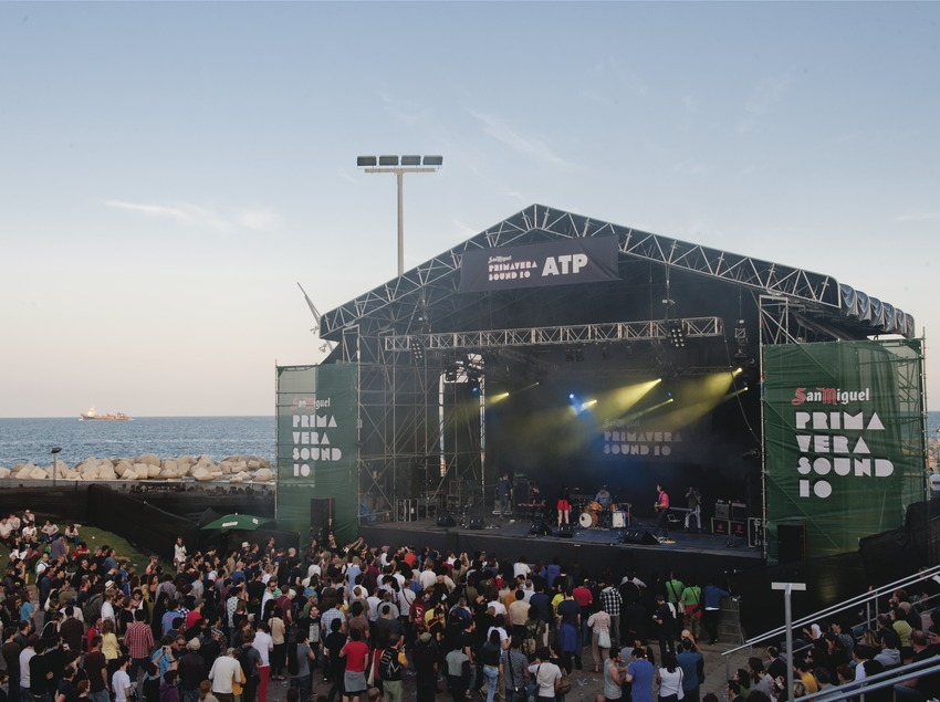 Primavera Sound Barcelona. Fòrum, Logo, artista (Sian Alice Group), público, escenario, mar (Marc Castellet Puig)