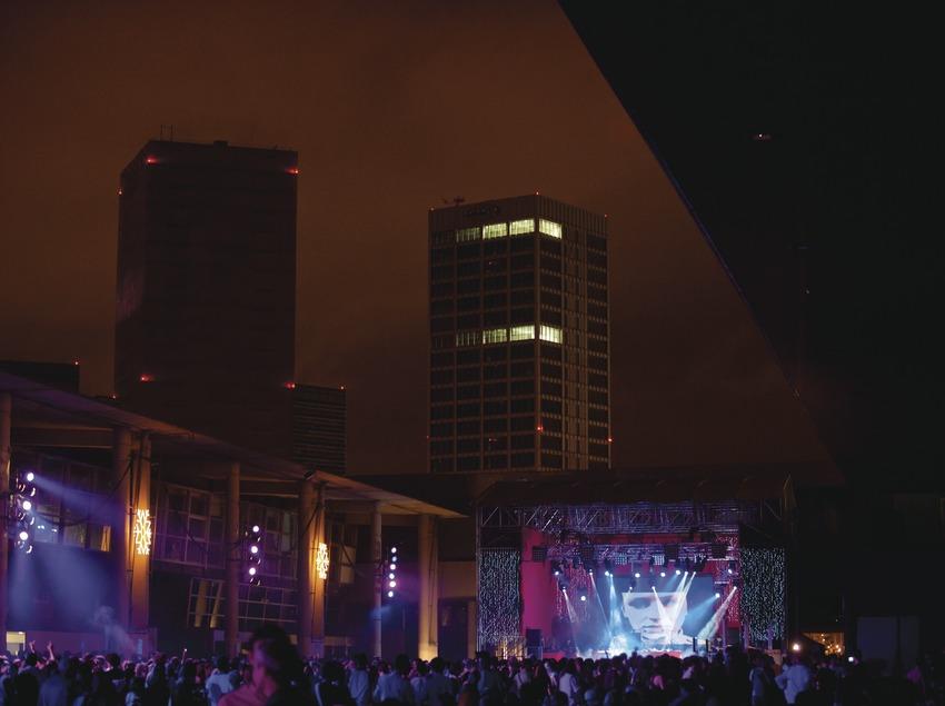 Festival Sónar Barcelona. Feria Gran Via, L'Hospitalet, proyecciones, público, escenario, ciudad de fondo
