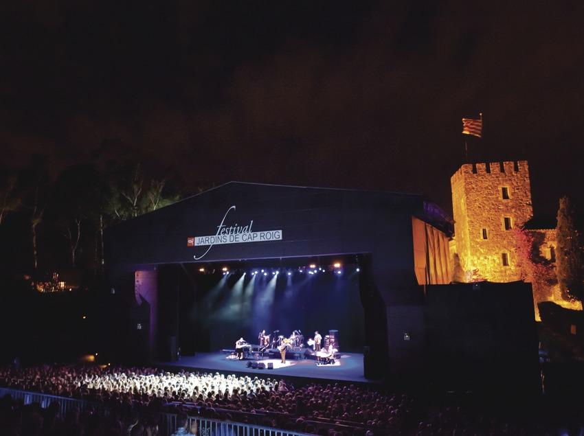 Festival Jardins de Cap Roig. Público, escenario (George Benson, EUA), castillo, logo festival (Marc Castellet Puig)