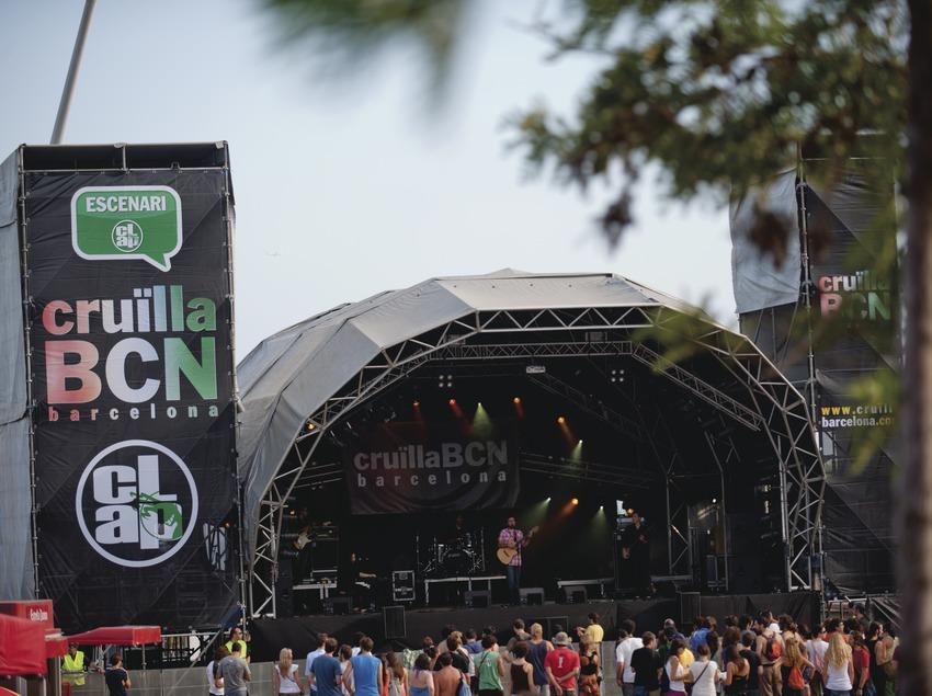 Festival Cruïlla BCN. Fòrum, escenario Clap, público, logo festival, músicos (Roger Mas, CAT) (Marc Castellet Puig)